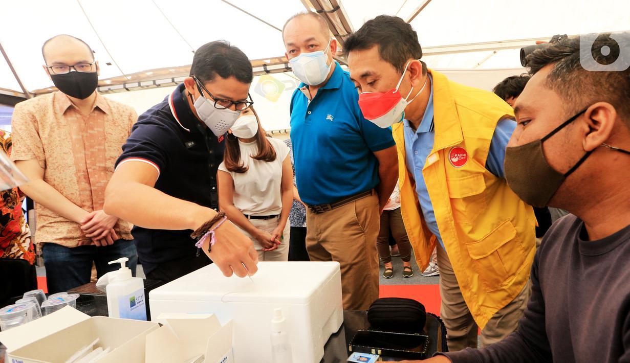 Co Founder Traveloka Albert, Menteri Pariwisata dan Ekonomi Kreatif Sandiaga Uno dan Anggota Komisi XI DPR Kamrussamad berbincang seusai meninjau sentra vaksinasi Covid-19 di Kebon Jeruk, Jakarta, (25/07/2021). (Liputan6.com/HO/Bon)