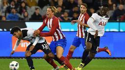 Pemain Atletico Madrid, Fernando Torres, berusaha menghentikan pergerakan pemain Tottenham Hotspur, DeAndre Yedlin, pada laga International Champions Cup 2016 di Melbourne, Australia, (29/7/2016). (AFP/PaulCrock)
