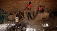 Pekerja membuat pot tanah liat di sebuah bengkel tembikar di Khartoum, Sudan, Kamis (27/6/2019). Pot tanah liat tersebut nantinya akan dipajang untuk dijual. (AP Photo/Hussein Malla)