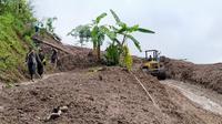 Desa Cileuksa Bogor masih tertutup material longsor. (Liputan6.com/Achmad Sudarno)
