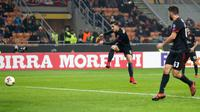 Pemain AC Milan, Andre Silva melakukan tendangan ke gawang Austria Wien pada matchday kelima Liga Europa di Stadion San Siro, Jumat (24/11). AC Milan memastikan diri lolos sebagai juara Grup D usai menang 5-1. (AP/Antonio Calanni)