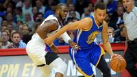 Point guard Golden State Warriors, Stephen Curry, menghindari kawalan pemain Los Angeles Clippers, dalam lanjutan NBA di STAPLES Center, Los Angeles, Jumat (20/11/2015). (Usa Today/Jayne Kamin-Oncea)