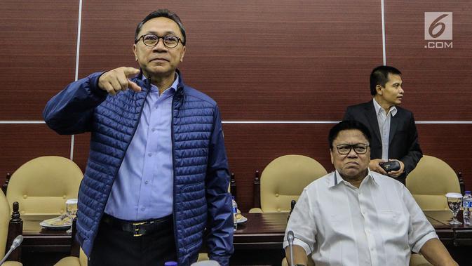 Ketua MPR Zulkifli Hasan (kiri) dan Wakil Ketua MPR Oesman Sapta Odang (kanan) saat Rapat Gabungan di Jakarta, Selasa (24/7). Sidang juga membahas pembentukan panitia ad hoc rancangan naskah haluan negara. (Liputan6.com/JohanTallo)