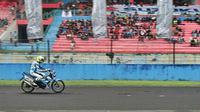Di sirkuit utama, dua Suzuki Satria FU150 injeksi melewati tiga putaran.