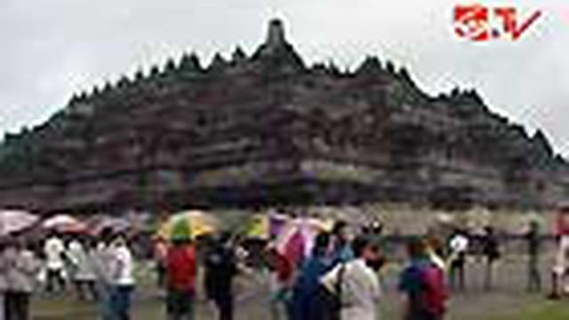 Kendati cuaca di sekitar Candi Borobudur gerimis, umat Buddha tetap antusias mengikuti ritual Tri Suci Waisak. Masyarakat dan wisatawan turut hadir dalam acara tersebut.