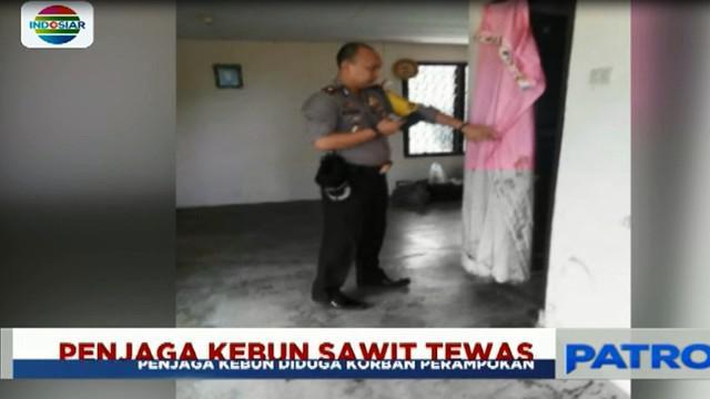 Aparat Polsek Sukarami yang tiba di lokasi kejadian, mendapati kamar Bambang Prayoga sudah berlumuran darah.
