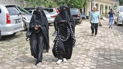 Istri komedian Caisar, Indadari (kanan) tiba di Pengadilan Agama Depok, Jawa Barat, Selasa (31/10). Sidang Cerai Indadari dengan Caisar dengan putusan mediasi yang tidak dihadiri Caisar. (Liputan6.com/Herman Zakharia)