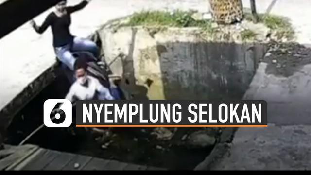 Nasib apes dialami oleh dua remaja perempuan saat menyebrang jalan.
