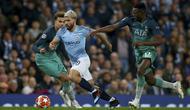 Striker Manchester City, Sergio Aguero, berusaha melewati pemain Tottenham Hotspur pada laga Liga Champions di Stadion Etihad, Rabu (17/4). Manchester City menang 4-3 atas Tottenham Hotspur. (AP/Dave Thompson)