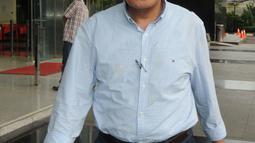Anggota DPR RI dari Fraksi Demokrat, Khatibul Umam Wiranu tersenyum usai diperiksa di KPK, Jakarta, Kamis (12/4). Khatibul diperiksa terkait suap dalam kasus KTP Elektronik yang berbasis nomer induk Nasional. (Merdeka.com/Dwi Narwoko)