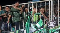 Bonek yang hadir mendukung Persebaya melawan PSS di Stadion Maguwoharjo, Sleman (13/7/2019). (Bola.com/Vincentius Atmaja)