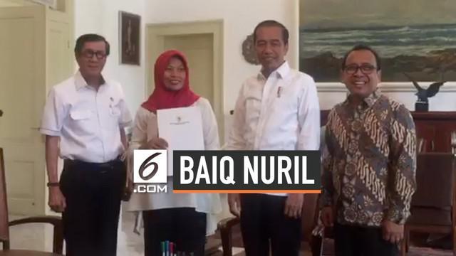 Baiq Nuril usai menerima salinan Keputusan Presiden (Keppres) Nomor 24 tahun 2019 tentang pemberian amnesti. Salinan Keppres amnesti secara langsung diberikan kepada Nuril oleh Menteri Hukum dan HAM Yasonna Laoly dihadapan Jokowi.