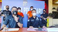 Otak pelaku teror kepala anjing (baju orange kanan) saat dihadirkan polisi dalam konferensi pers. (Liputan6.com/M Syukur)