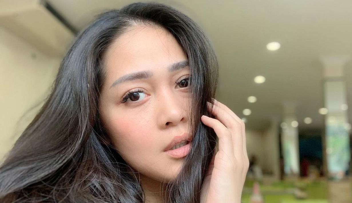 Pemilik nama lengkap Gracia Indria Sari Sulistyaningrum ini kerap membagikan aktivitasnya di akun Instagram. Salah satunya saat sedang bersantai di rumah. Sedang bersantai, Gracia pun tampil memesona dan natural tanpa makeup. (Liputan6.com/IG/@Gracia Indri)
