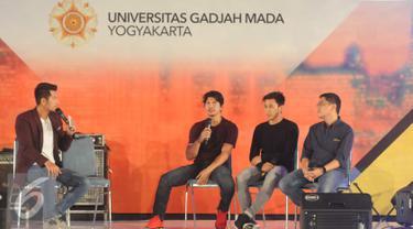 Iko Uwais (kedua kiri) saat mengisi acara Emtek Goes To Campus 2016 sekaligus mempromosikan film terbarunya 'Headshot', Yogyakarta, Rabu (2/11). Iko berbagi pengalaman seputar dunia film. (Liputan6.com/Helmi Afandi)