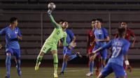 Kiper Timnas Indonesia U-22, Nadeo Argawinata, melempar bola saat melawan Singapura U-22 pada laga SEA Games 2019 di Stadion Rizal Memorial, Manila, Kamis (28/11). Indonesia menang 2-0 atas Singapura. (Bola.com/M Iqbal Ichsan)