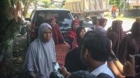 Warga Desa Suat Puntong, Kecamatan Kuala Pesisir, Nagan Raya, mengadang truk pengangkut batu bara PT Bara Energi Lestari (BEL) menuju PLTU Nagan Raya. (Liputan6.com/ Rino Abonita)