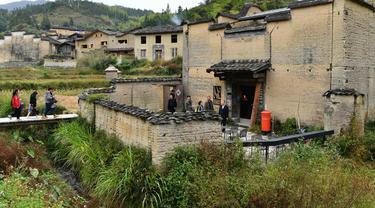 Pemandangan bagian luar toko buku yang dikelilingi sawah di Desa Xiadi, Wilayah Pingnan, Provinsi Fujian, China tenggara (22/10/2020). Direnovasi dari sebuah rumah hunian kuno yang terbengkalai, toko buku yang dikelilingi sawah itu telah menarik perhatian di dunia maya. (Xinhua/Wei Peiquan)