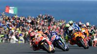 Pembalap Repsol Honda, Marc Marquez memimpin balapan dalam MotoGP Australia yang berlangsung di Phillip Island (22/10). Dalam balapan ini, Marquez yang coba merangsek ke depan sempat menyenggol Rossi. (AFP Photo/Paul Crock)