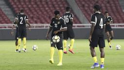 Para pemain Vanuatu melakukan pemanasan saat latihan di SUGBK, Jakarta, Jumat (14/6). Latihan ini persiapan jelang laga persahabatan melawan Timnas Indonesia. (Bola.com/Yoppy Renato)