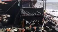 Ratusan bangunan dan warung di Desa Cemarajaya, Kecamatan Pedes, Karawang, rusak akibat dihantam gelombang tinggi air rob. (Liputan6.com/ Abramena)