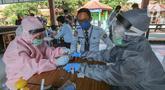 Pegawai Lapas Kemenkumham menjalani rapid test di Lembaga Pembinaan Khusus Anak (LPKA) Klas I Tangerang, Banten, Sabtu (30/5/2020). Rapid test Covid-19 yang diikuti 87 pegawai sebagai salah satu upaya untuk menekan penyebaran virus Corona. (Liputan6.com/Fery Pradolo)