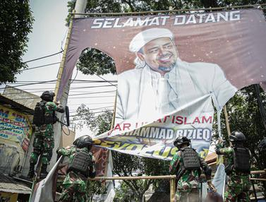 FOTO: TNI Copot Paksa Baliho Rizieq Shihab di Petamburan