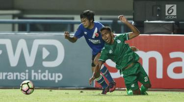 Penyerang PSMS Medan, Frits Listanto Butuan (kanan) terjatuh saat berebut bola dengan pemain PSM Makassar di laga penyisihan grup A Piala Presiden 2018 di Stadion GBLA, Bandung, Selasa (16/1). PSMS unggul 2-1. (Liputan6.com/Helmi Fithriansyah)