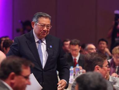 Presiden RI ke-6, Susilo Bambang Yudhoyono saat menghadiri konferensi internasional 'In The Zone' di Jakarta, Sabtu (14/5). Konferensi bertema 'Feeding The Zone' itu membahas permasalahan dan tantangan sektor agrikultur. (Liputan6.com/Angga Yuniar)