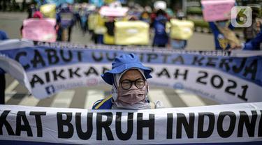 FOTO: Minta UU Cipta Kerja Dicabut, Buruh Unjuk Rasa Bawa Pembalut Wanita