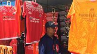 Penjual Jersey Persija (Liputan6.com/ Muhammad Adiyaksa)