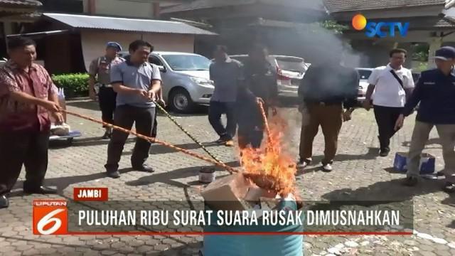 KPU Kota Jambi memusnahkan puluhan ribu surat suara yang rusak untuk tidak menimbulkan kecurigaan menjelang pilkada. Sementara di Mimika, Papua, baru sebagian surat suara yang tiba dari percetakan di Makassar.