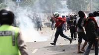 Puluhan aparat kepolisian berusaha melerai aksi tawuran di kawasan Manggarai, Jakarta, Minggu (30/11/2014). (Liputan6.com/Faizal Fanani)
