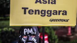 Aktivis Greenpeace melakukan aksi teatrikal terkait kualitas udara Jakarta di Kementerian Lingkungan Hidup, Selasa (5/3). Greenpeace mengungkapkan Jakarta menjadi peringkat satu  di Asia Tenggara untuk kualitas udara terburuk. (Liputan6.com/Faizal Fanani)