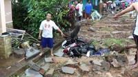 Pagar runtuh lantaran diduga tak mampu menahan luapan air yang berasal dari lahan kosong (Liputan6.com/Achmad Sudarno)