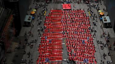 Sejumlah orang berlatih yoga di tengah jalan saat perayaan Summer Solstice di Hari Yoga Internasional di Times Square, New York, Minggu (21/6/2015). (REUTERS/Eduardo Munoz)