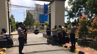 Polda Sulsel terapkan penjagaan ketat di pintu masuk Markas Komando pasca peristiwa bom bunuh diri terjadi di Markas Polrestabes Medan (Liputan6.com/ Eka Hakim)