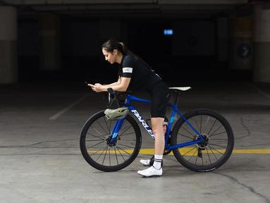 Bukan rahasia lagi jika Pevita Pearce termasuk aktris yang sangat suka berolahraga. Olahraga yang kerap dilakukan Pevita adalah bersepeda. Gayanya bersepeda pun curi perhatian netizen. Perempuan kelahiran 6 Oktober 1992 ini tetap kece saat bersepeda. (Liputan6.com/IG/@pevpearce)