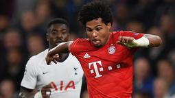 Gelandang Bayern Munchen Serge Gnabry (kanan) mengontrol bola saat menghadapi Tottenham Hotspur pada matchday kedua Liga Champions di Stadion Tottenham Hotspur, London, Inggris, Selasa (1/10/2019). Munchen membantai Tottenham 7-2 dengan Gnabry mencetak quatrick. (DANIEL LEAL-OLIVAS/AFP)