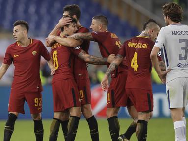 Para pemain AS Roma merayakan gol yang dicetak Diego Perotti ke gawang Chelsea pada laga Liga Champions di Stadion Olimpico, Roma, Selasa (31/10/2017). Roma menang 3-0 atas Chelsea. (AP/Alessandra Tarantino)