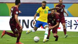 Pada menit awal pertandingan, Neymar dan Jesus saling bergantian mengancam gawang Venezuela. Tampak penguasaan Brasil lebih dominan daripada Venezuela. (Foto: AFP/Nelson Almeida)
