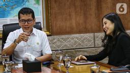 Menteri Pariwisata dan Ekonomi Kreatif Wishnutama (kiri) didampingi Wakil Menteri Angela Tanoesoedibjo (kanan) saat menerima kunjungan jajaran Emtek dan SCM Group di Kantor Kemenpar, Jakarta, Jumat (8/11/2019). Kunjungan tersebut untuk membahas kerja sama di sektor media. (Liputan6.com/JohanTallo)
