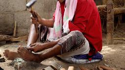 Foto 4 Agustus 2018, perajin membuat pisau tradisional, jambiya, dari sisa-sisa rudal di Hajjah. Jambiya merupakan pisau belati khas Yaman yang berbentuk melengkung dan biasa digunakan kaum pria sebagai simbol keberanian dan perhiasan. (AP/Hammadi Issa)