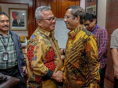 Mantan Ketua MK Mahfud MD bersalaman dengan Ketua KPU Arief Budiman usai melakukan pertemuan di Gedung KPU, Jakarta, Rabu (24/4). Kedatangan Mahfud MD untuk memberikan dukungan moral kepada pimpinan KPU terkait penyelenggaraan pemilu serentak. (Liputan6.com/Faizal Fanani)