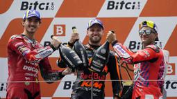 Binder berhasil memenangi MotoGP Austria 2021 dengan waktu tercepat 40 menit 43,938 detik dan unggul atas Francesco Bagnaia di posisi kedua. Sementara Jorge Martin harus puas finis di posisi ketiga. (Foto: AP/Steve Wobser)