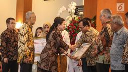 Menko PMK, Puan Maharani memberikan penghargaan Prestasi Penyelenggaraan Lebaran 2017 kepada Menhub Budi Karya di Jakarta, Selasa (1/8). UKP-PIP memberi penghargaan kepada 15 instansi pemerintah. (Liputan6.com/Faizal Fanani)