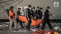 Tim DVI Polri membawa kantong jenazah berisi bagian tubuh korban kecelakaan Sriwijaya Air SJ 182 di Dermaga JICT 2, Tanjung Priok, Jakarta, Minggu (10/1/2021). Pencarian Sriwijaya Air SJ 182 dilakukan dengan mengerahkan kapal-kapal yang dilengkapi peralatan bawah laut. (merdeka.com/Iqbal S. Nugroho)