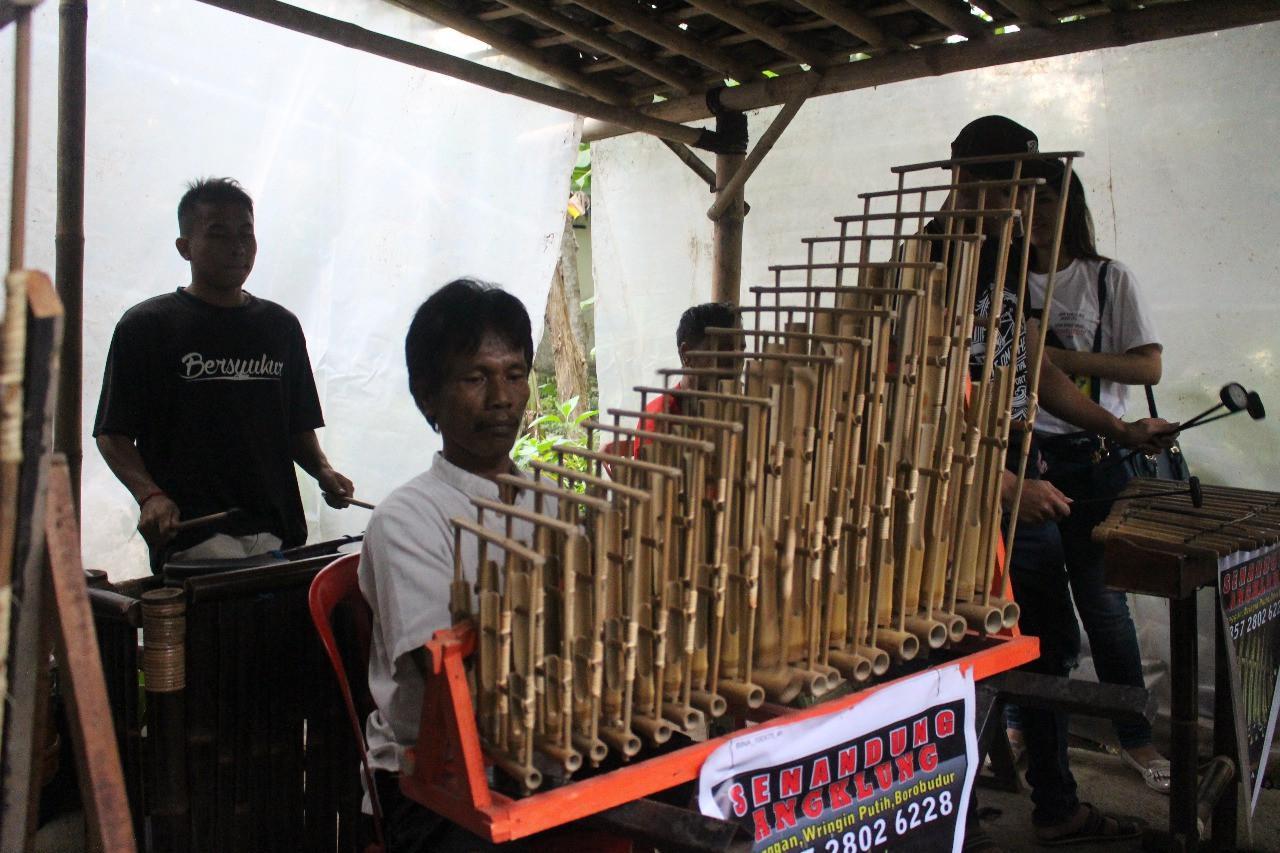 Kerajinan bambu, diantaranya alat musik anglung menjadi salah satu penopang keberadaan Omah Guyub. (foto: Liputan6.com/Erlinda PW/edhie prayitno ige)