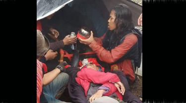 Hipotermia, pendaki perempuan diberi teh hangat dan biskuit (Istimewa/Liputan6.com)