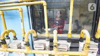 Warga memasak menggunakan jaringan gas PGN rumah tangga di Rusunawa Griya Tipar Cakung, Jakarta, Kamis (28/11/2019). Pembangunan infrastruktur jaringan gas bumi untuk rumah tangga dan industri kecil untuk meningkatkan pemanfaatan gas domestik serta menekan penggunaan LPG. (merdeka.com/Iqbal Nugroho)